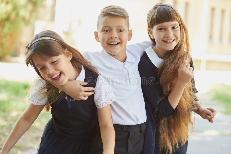 Porträtt av elever med exceptionella grundskoleelever på uppspelningsfält vid uppskov arkivbilder