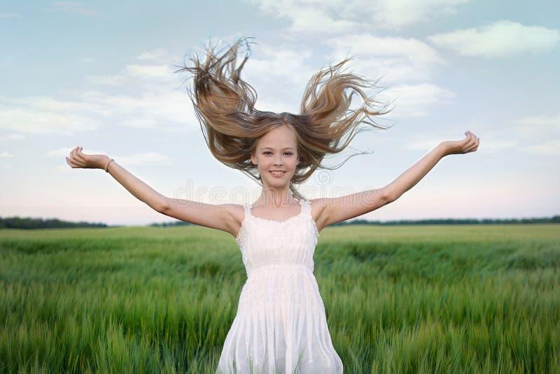 Porträtt av en ung flicka i Europa med flytande blond hår royaltyfria foton