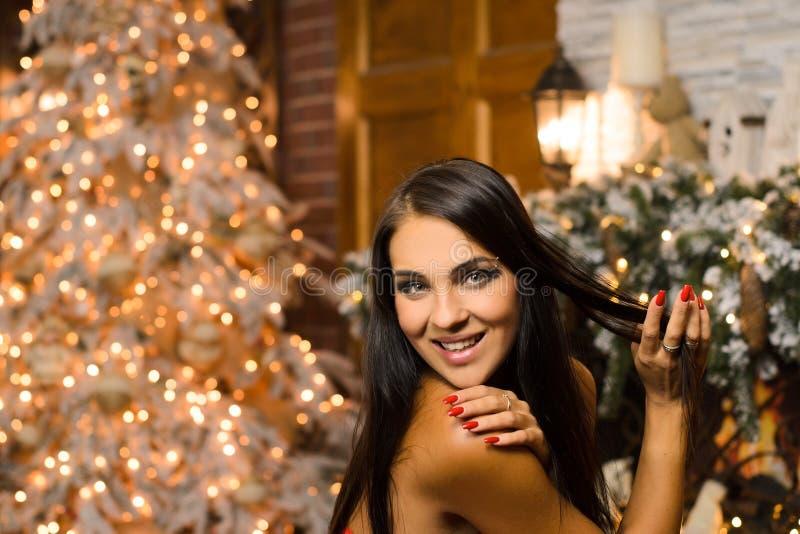 Porträtt av skratt av en lycklig kvinna, i nyårens inre arkivfoton