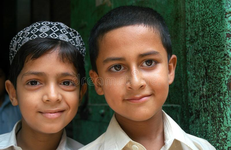 Porträtt av två pojkar i Peshawar, Pakistan royaltyfri fotografi