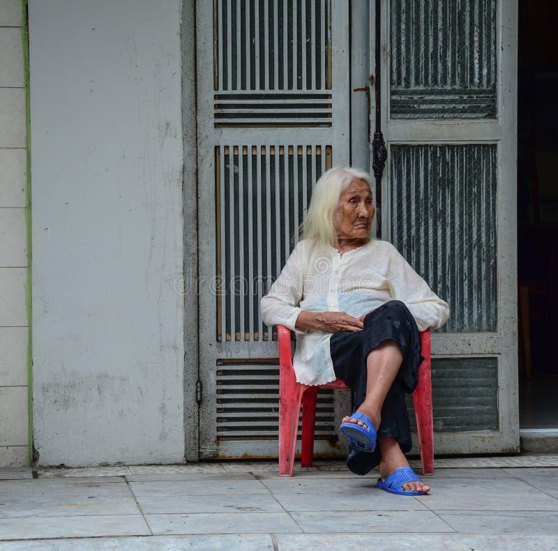 Portr?t der alten Frau an der alten Stadt lizenzfreie stockbilder