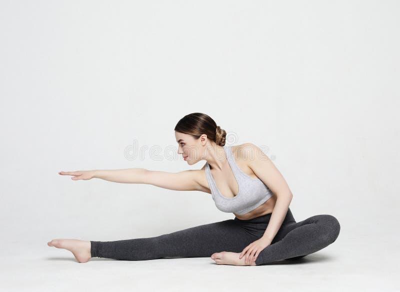 Portr?t der attraktiven Frau Yoga, pilates tuend Gesunder Lebensstil und Sportkonzept lizenzfreies stockbild