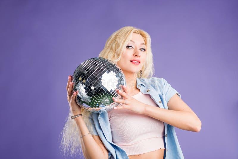 Portr?t der attraktiven jungen Frau mit Discoball stockbilder