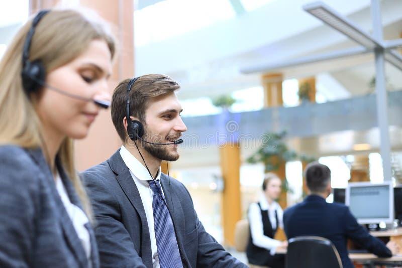 Portr?t der Call-Center-Arbeitskraft begleitet von seinem Team L?chelnder Kundenbetreuungsbetreiber bei der Arbeit lizenzfreie stockfotos