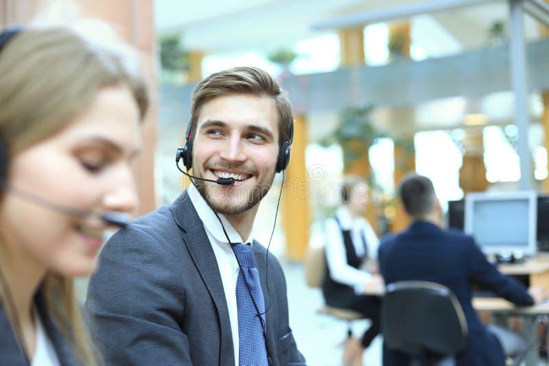 Portr?t der Call-Center-Arbeitskraft begleitet von seinem Team L?chelnder Kundenbetreuungsbetreiber bei der Arbeit stockbilder