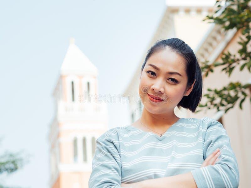 Porträt der glücklichen Lächelnfrau steht auf Tageslicht im Freien lizenzfreies stockbild