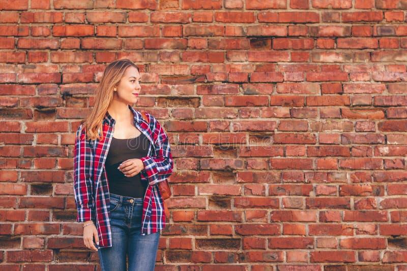 Portr?t der jungen Frau im Hemd und in den Jeans lizenzfreie stockfotografie