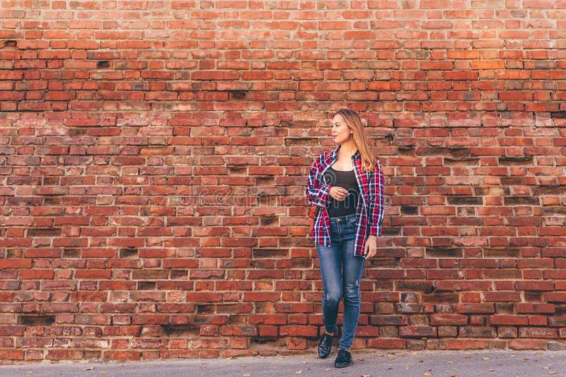 Portr?t der jungen Frau im Hemd und in den Jeans lizenzfreie stockfotos