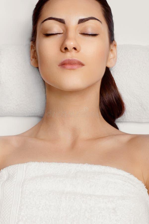 Portr?t der jungen Sch?nheit im Badekurortsalon Badekurort-K?rper-Massage Behandlung und Skincare freizeit Gesichts-Massage-Frau  lizenzfreie stockfotografie