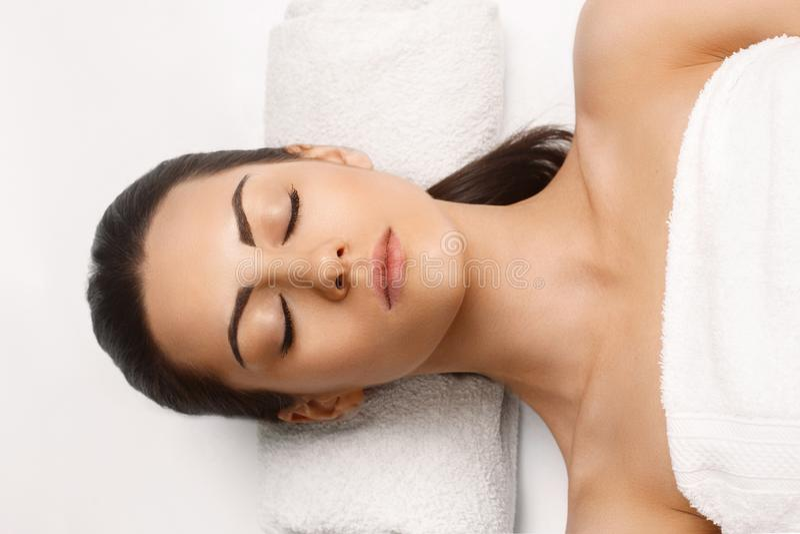 Portr?t der jungen Sch?nheit im Badekurortsalon Badekurort-K?rper-Massage Behandlung und Skincare freizeit Gesichts-Massage-Frau  lizenzfreie stockbilder