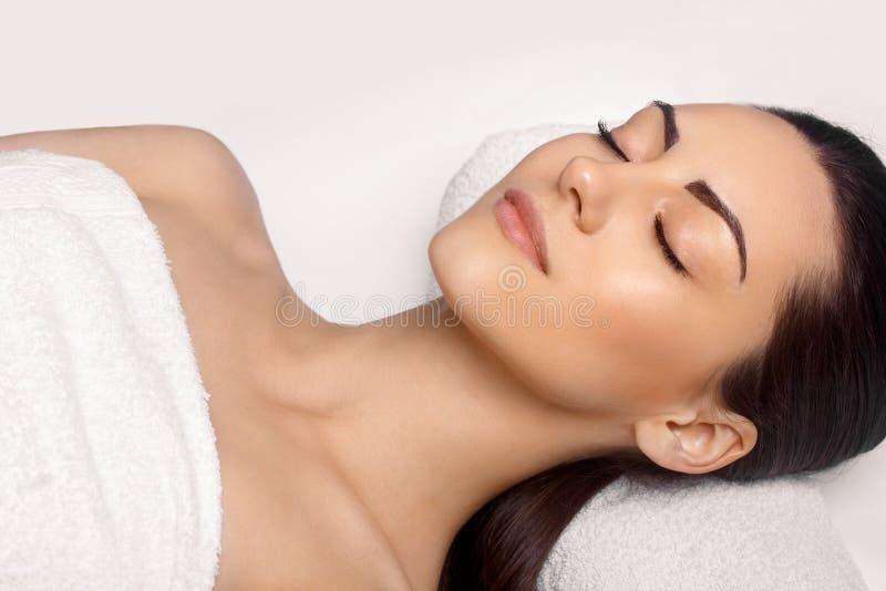 Portr?t der jungen Sch?nheit im Badekurortsalon Badekurort-K?rper-Massage Behandlung und Skincare freizeit Gesichts-Massage-Frau  stockfotos