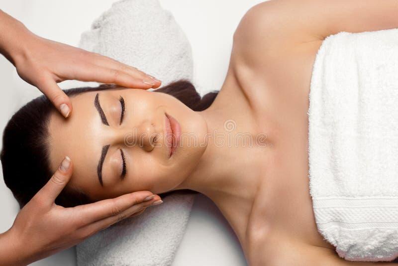 Portr?t der jungen Sch?nheit im Badekurortsalon Badekurort-K?rper-Massage Behandlung und Skincare freizeit Nahaufnahme einer jung stockbild
