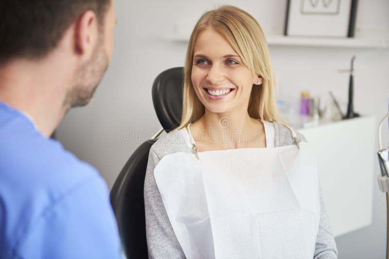 Portr?t der l?chelnden Frau im B?ro des Zahnarztes lizenzfreies stockfoto