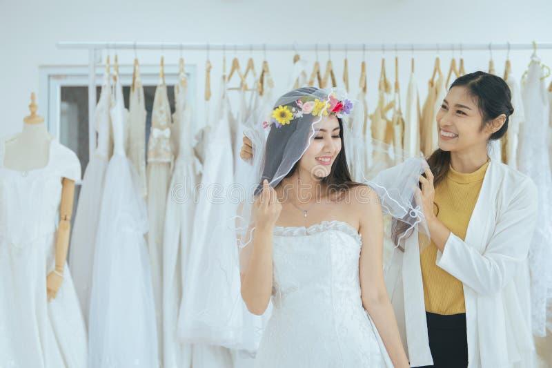 Portr?t der sch?nen asiatischen Frauenbraut im wei?en Kleid nett und lustig, der Zeremonie, im Hochzeitstag, des gl?cklichen und  lizenzfreie stockfotografie