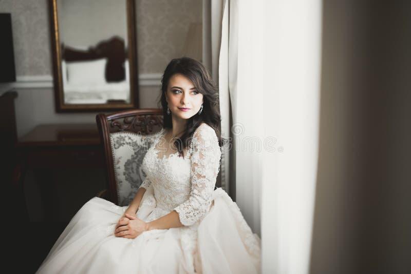 Portr?t der sch?nen Braut mit Modeschleier am Hochzeitsmorgen lizenzfreies stockfoto