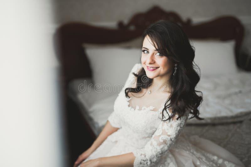 Portr?t der sch?nen Braut mit Modeschleier am Hochzeitsmorgen lizenzfreie stockfotos