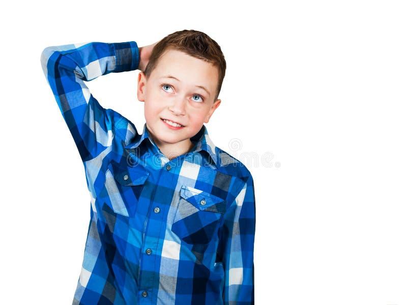 Portr?t des denkenden Jungen mit der Hand am Gesicht, oben schauend Getrennt auf wei?em Hintergrund stockbild