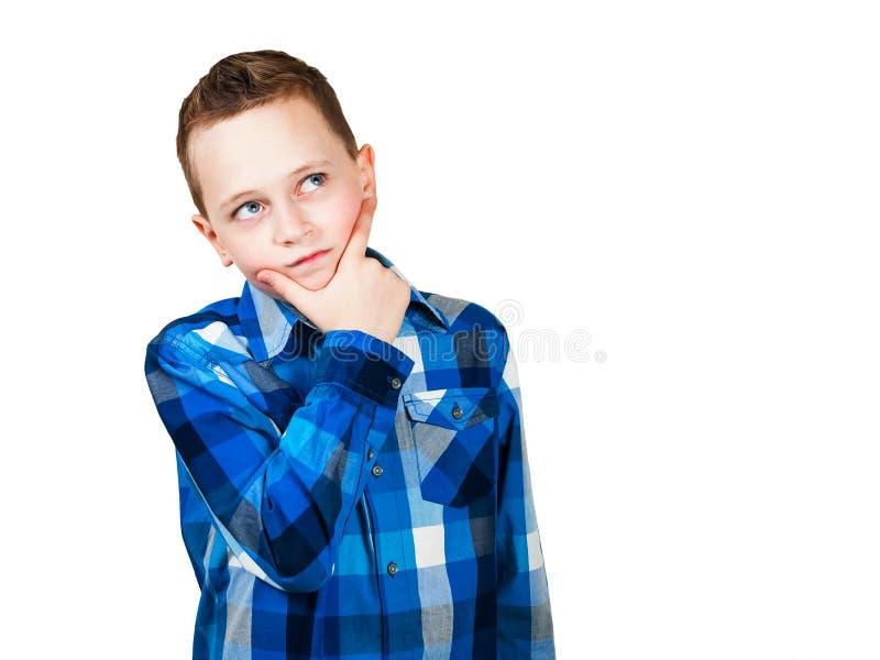 Portr?t des denkenden Jungen mit der Hand am Gesicht, oben schauend Getrennt auf wei?em Hintergrund stockfotos