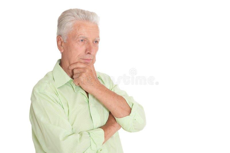 Portr?t des Denkens des ?lteren Mannes auf wei?em Hintergrund lizenzfreie stockbilder