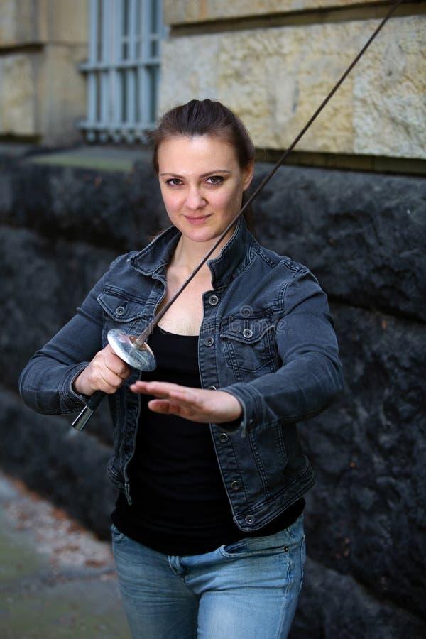 Portr?t des Freiens der jungen Frau mit Degen stockfotos