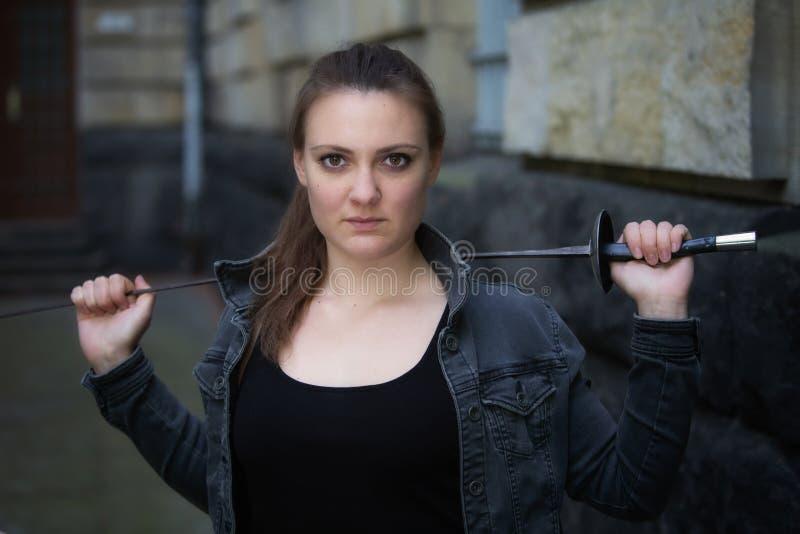 Portr?t des Freiens der jungen Frau mit Degen lizenzfreie stockfotografie