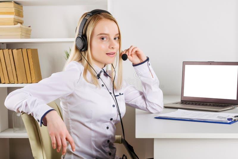 Portr?t des gl?cklichen l?chelnden weiblichen Kundenbetreuungs-Telefonbetreibers am Arbeitsplatz lizenzfreies stockfoto