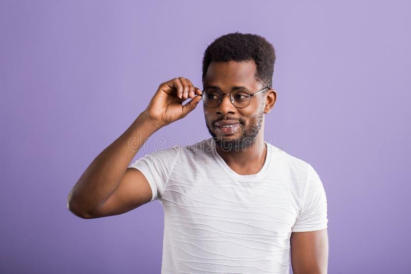 Portr?t des h?bschen jungen Afroamerikanermannes lizenzfreie stockfotos