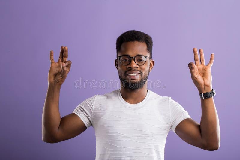 Portr?t des h?bschen jungen Afroamerikanermannes stockfoto