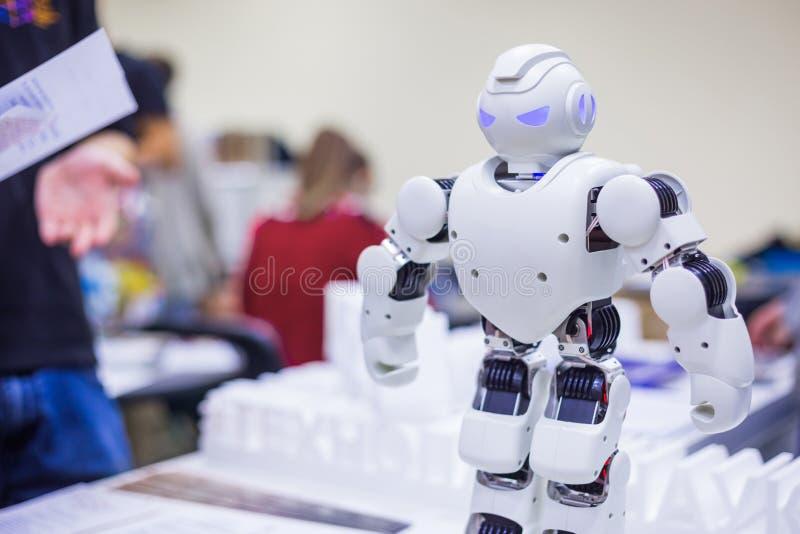 Portr?t des humanoid futuristischen Roboters stockfoto
