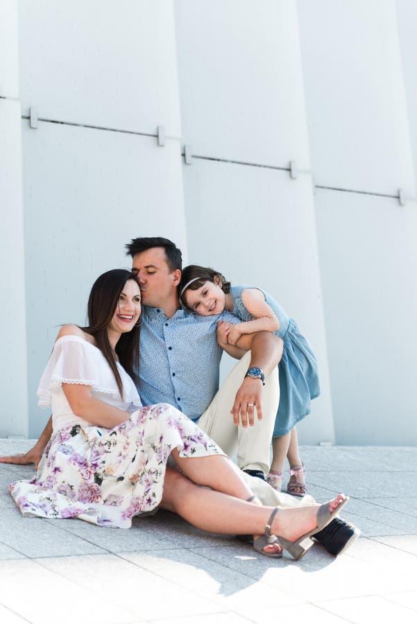 Portr?t des liebenden Familienkonzeptes Immer gl?cklich zusammen lizenzfreie stockfotografie