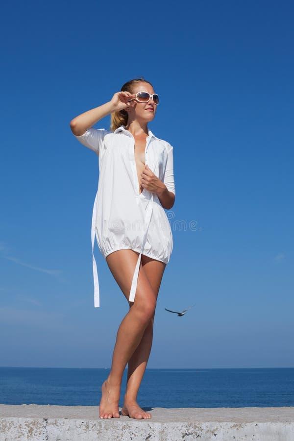 Portr?t des M?dchens im wei?en kurzen Kleid stockfotografie