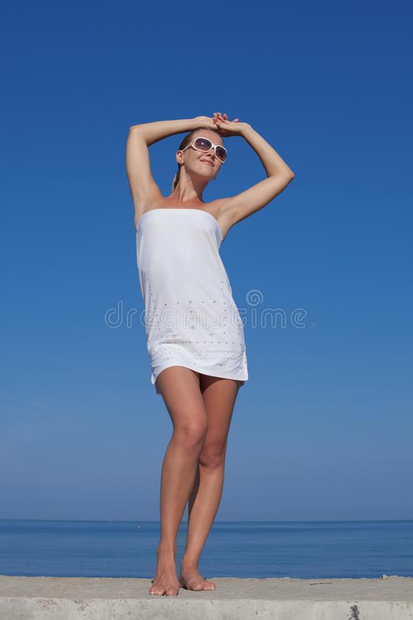 Portr?t des M?dchens im wei?en kurzen Kleid lizenzfreies stockfoto