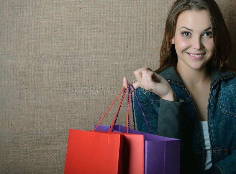 Portr?t des sch?nen M?dchens farbige Einkaufstaschen halten stockbild