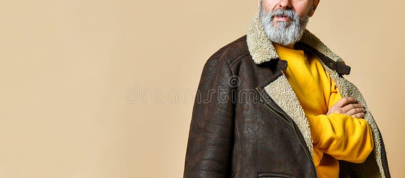 Portr?t des stilvollen Reichers des ?ltesten mit einem Bart und des Schnurrbartes in einem ledernen Wintermantel lizenzfreies stockbild