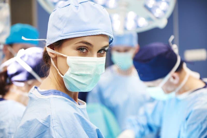 Portr?t des weiblichen Chirurgen bereit zu einer Operation stockbild