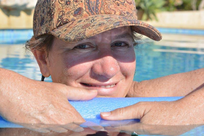 Portr?t einer Frau im Swimmingpool stockfoto