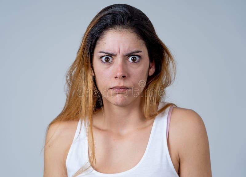 Portr?t einer jungen attraktiven Frau, die erschrocken und entsetzt schaut Menschliche Ausdr?cke und Gef?hle stockbilder
