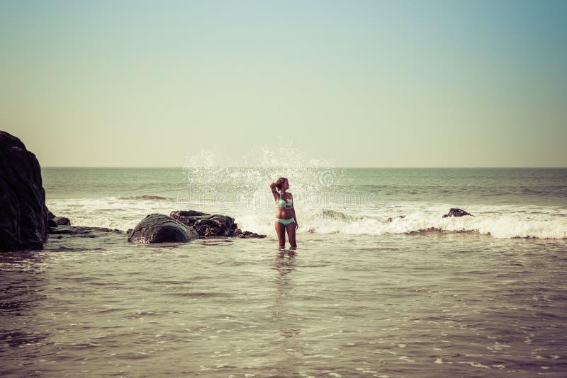 Portr?t einer jungen Frau auf dem Hintergrund von Wellen und von Steinen stockfotos
