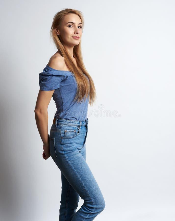 Portr?t einer recht l?chelnden Frauenaufstellung lokalisiert lizenzfreies stockfoto