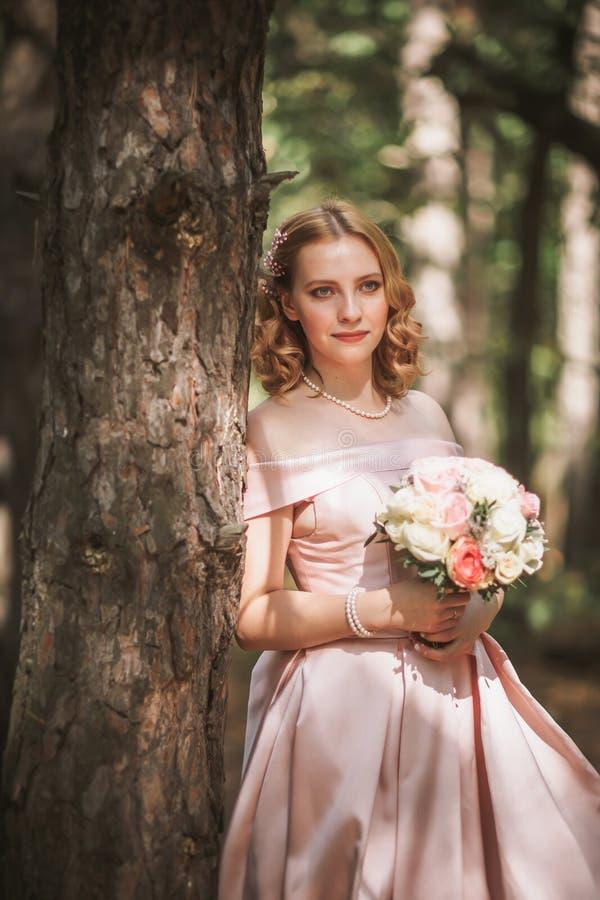 Portr?t einer sch?nen Braut, die nahe einem Baum steht lizenzfreie stockfotos