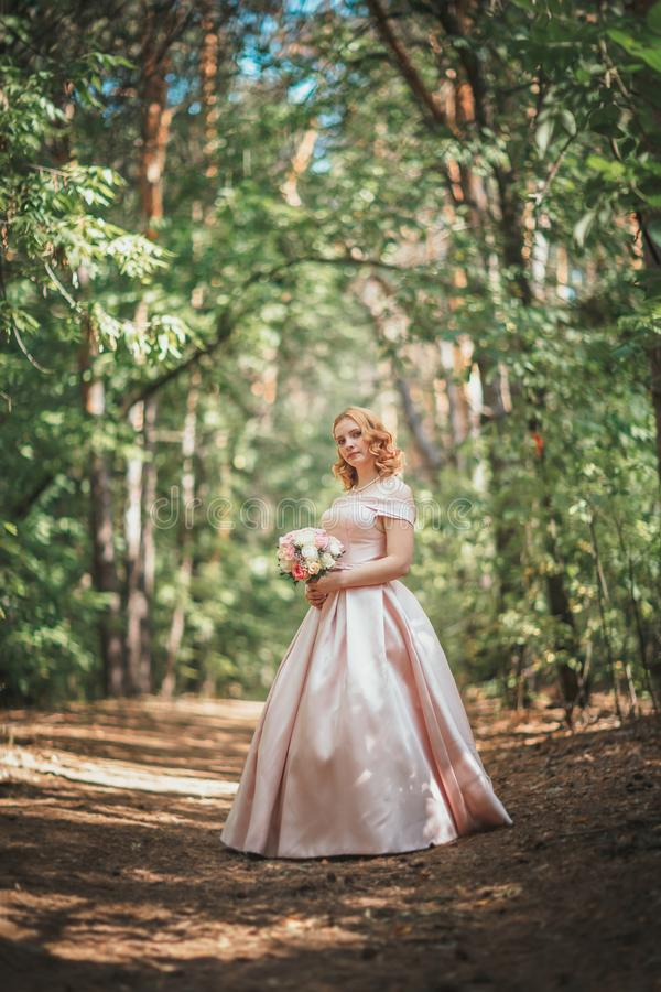 Portr?t einer sch?nen Braut, die nahe einem Baum steht lizenzfreie stockbilder
