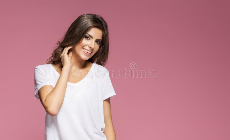 Portr?t einer smilling Brunettefrau stockfotografie