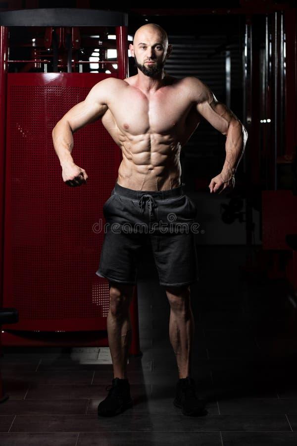 Portr?t eines Eignungs-muskul?sen Mannes lizenzfreie stockfotografie