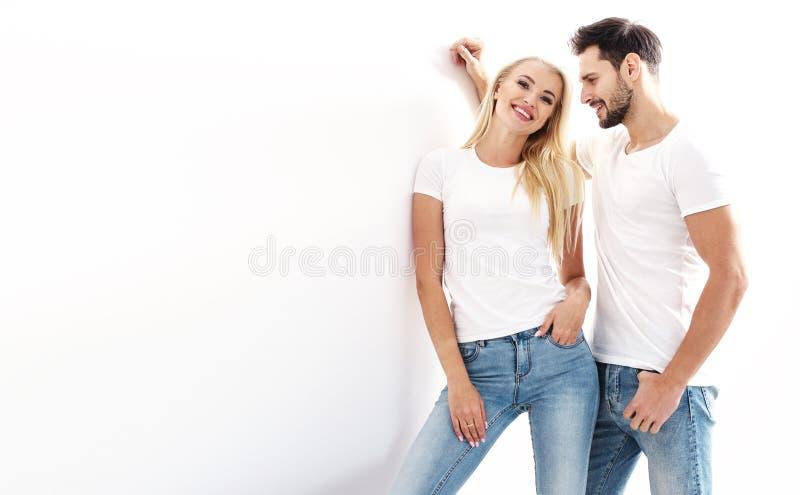 Portr?t eines jungen, attraktiven Paares, das zuf?llige Kleidung tr?gt lizenzfreie stockbilder