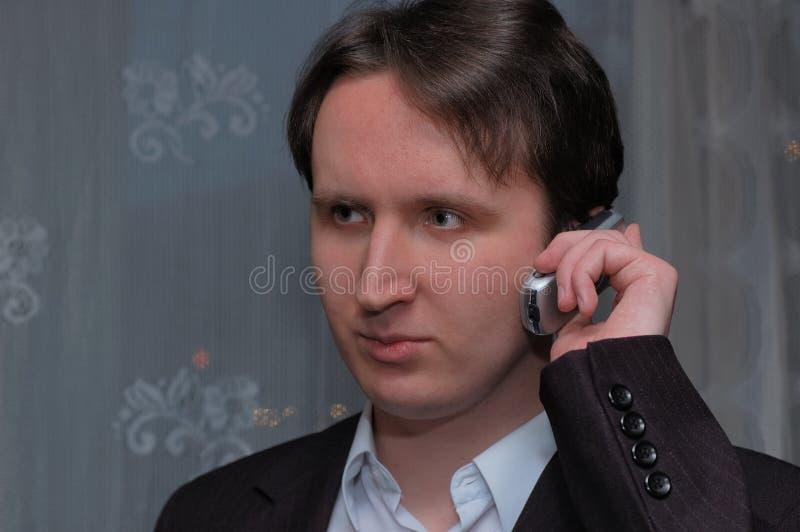 Portr?t eines jungen lustigen Mannes in der Jacke zuhause lizenzfreies stockbild