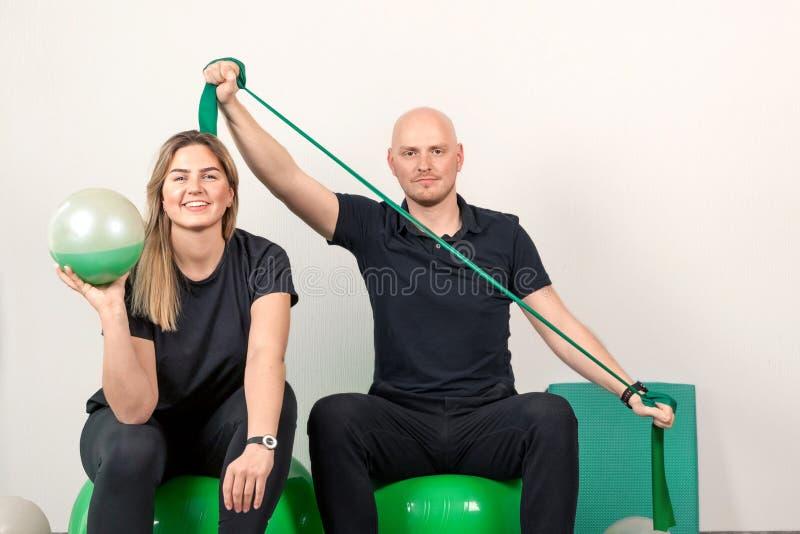 Portr?t eines l?chelnden Paares an der Physiotherapieklinik, horizontal stockbilder