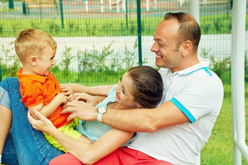 Portr?t im Freien der gl?cklichen Familie Mutter, Vati und Kind lizenzfreies stockbild