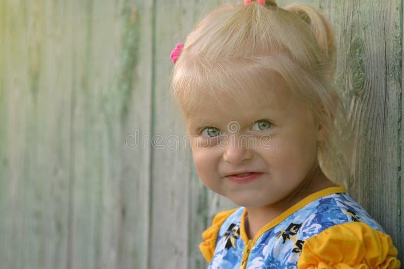 Portr?t im Freien des netten kaukasischen blonden M?dchens stockfoto