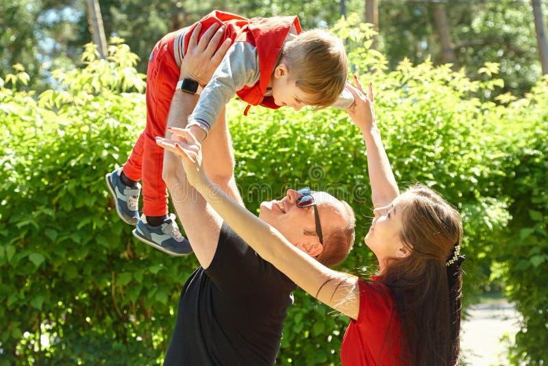 Portr?t im Freien einer gl?cklichen Familie Mutter, Vati und Kind stockfotos