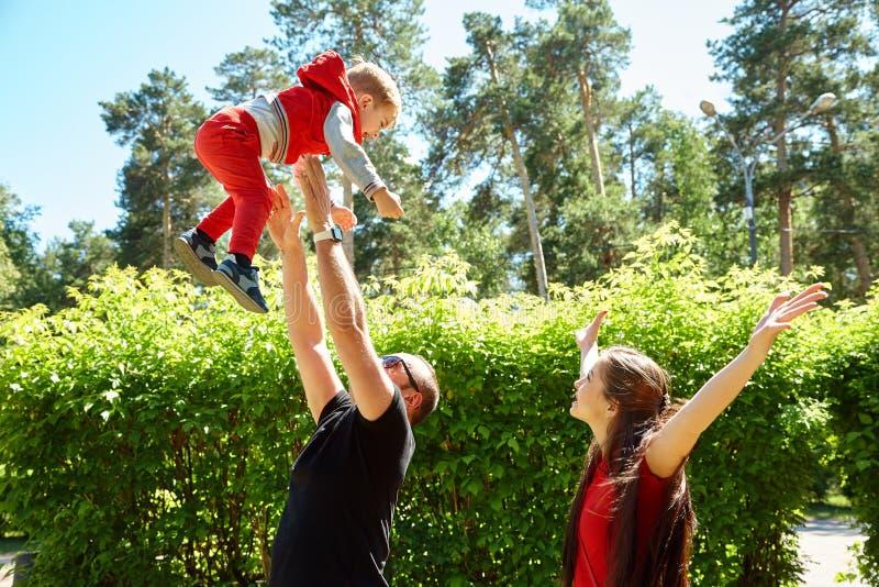 Portr?t im Freien einer gl?cklichen Familie Mutter, Vati und Kind stockfotografie